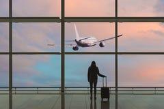 Jovem mulher com a mala de viagem no sal?o da partida no aeroporto conceito do curso fotos de stock royalty free