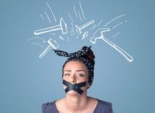 Jovem mulher com marcas coladas da boca e do martelo Imagem de Stock