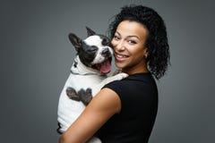 Jovem mulher com o cão do buldogue francês Fotografia de Stock Royalty Free