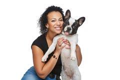 Jovem mulher com o cão do buldogue francês Foto de Stock Royalty Free