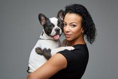 Jovem mulher com o cão do buldogue francês Foto de Stock