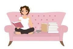 Jovem mulher com o cabelo longo que senta-se na leitura do assento de janela Foto de Stock