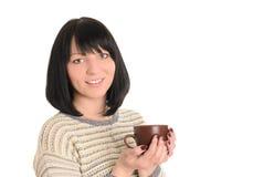 Jovem mulher com o copo do chá ou do café nas mãos Imagens de Stock Royalty Free