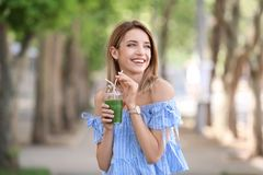 Jovem mulher com o copo plástico do batido saudável fotos de stock royalty free