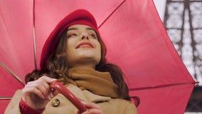 Jovem mulher com o guarda-chuva que flerta, procurando o conhecimento, sorrindo ao homem video estoque
