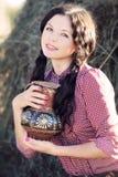 Jovem mulher com o jarro de leite Fotografia de Stock