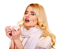 Jovem mulher com o lenço que tem o frio. Imagens de Stock