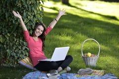 Jovem mulher com o portátil foto de stock royalty free