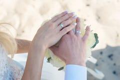 Jovem mulher com o ramalhete das flores na praia foto de stock royalty free