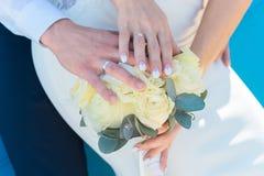 Jovem mulher com o ramalhete das flores na praia fotos de stock royalty free
