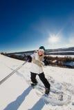Jovem mulher com o snowboard que dispara em um selfie Fotos de Stock