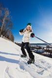 Jovem mulher com o snowboard que dispara em um selfie Imagens de Stock Royalty Free