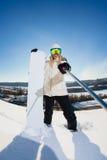 Jovem mulher com o snowboard que dispara em um selfie Imagem de Stock Royalty Free