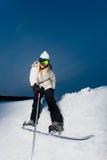 Jovem mulher com o snowboard que dispara em um selfie Fotografia de Stock