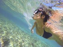 jovem mulher com o tubo de respiração sob o mar de turquesa Fotografia de Stock Royalty Free