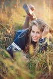 Jovem mulher com olhos azuis no prado do outono Imagens de Stock Royalty Free
