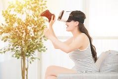 Jovem mulher com os auriculares da realidade virtual Imagens de Stock