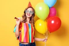 Jovem mulher com os balões brilhantes no fundo da cor Celebração do aniversário Imagem de Stock