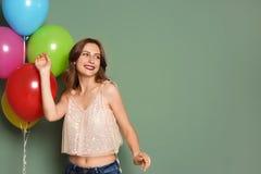 Jovem mulher com os balões no fundo da cor Celebração do aniversário Foto de Stock Royalty Free
