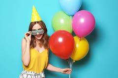 Jovem mulher com os balões no fundo da cor Celebração do aniversário Fotografia de Stock Royalty Free