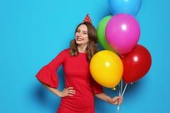 Jovem mulher com os balões no fundo da cor Celebração do aniversário Fotografia de Stock