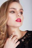 Jovem mulher com os bordos vermelhos que olham afastado Imagens de Stock