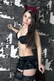 Jovem mulher com os chifres em Dia das Bruxas Foto de Stock