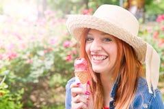 Jovem mulher com os cones de gelado Imagem de Stock