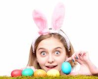 Jovem mulher com os ovos pintados na grama verde, mola imagens de stock