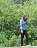 Jovem mulher com os pés descalços em uma floresta Fotos de Stock Royalty Free
