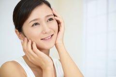 Jovem mulher com pele da saúde da cara foto de stock