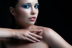 A jovem mulher com pele perfeita e os olhos fumarentos azul esverdeado eye o sável foto de stock royalty free