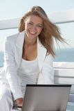 Jovem mulher com portátil Fotografia de Stock