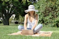 Jovem mulher com portátil Imagens de Stock