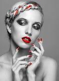 Jovem mulher com pregos vermelhos Fotografia de Stock