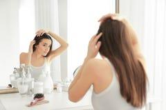 Jovem mulher com problema da queda de cabelo na parte dianteira imagens de stock royalty free