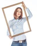 Jovem mulher com quadro no fundo branco Foto de Stock Royalty Free