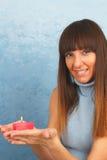 Jovem mulher com queimadura da vela vermelha em suas mãos Imagens de Stock Royalty Free