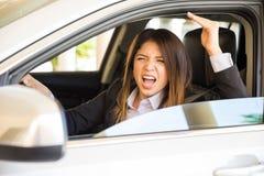 Jovem mulher com raiva da estrada Fotos de Stock