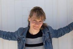 Jovem mulher com revestimento da sarja de Nimes Fotografia de Stock