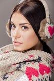 Jovem mulher com roupa do inverno Fotografia de Stock Royalty Free