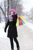 Jovem mulher com sacos de compras Imagens de Stock