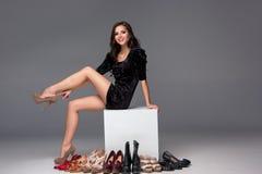 Jovem mulher com sacos de compras e cartão de crédito sobre Foto de Stock
