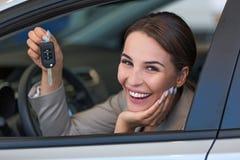 Jovem mulher com seu carro novo Fotos de Stock Royalty Free