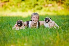 Jovem mulher com seus cães em um parque fotos de stock royalty free