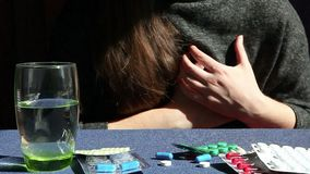 Jovem mulher com sintomas do cardíaco de ataque e medicina, drogas na tabela video estoque
