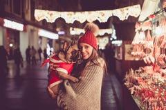 Jovem mulher com sua cidade do cão fora fotos de stock royalty free