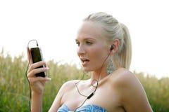 Jovem mulher com telefone celular Imagens de Stock Royalty Free