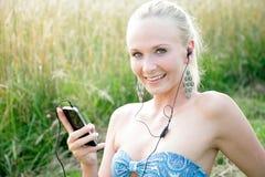 Jovem mulher com telefone celular Fotos de Stock Royalty Free