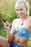 Jovem mulher com telefone celular Fotos de Stock